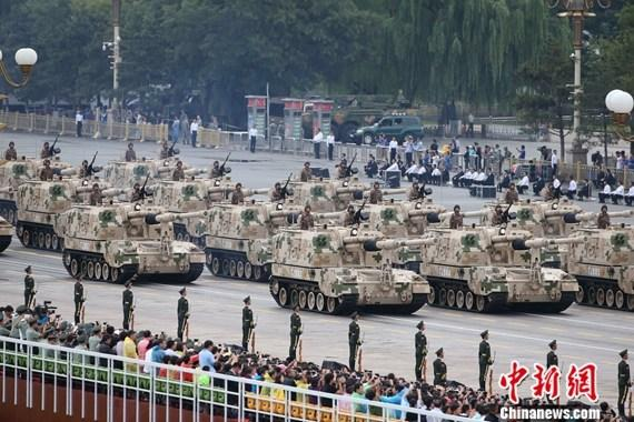 9·3阅兵:履带自行火炮方队接受检阅
