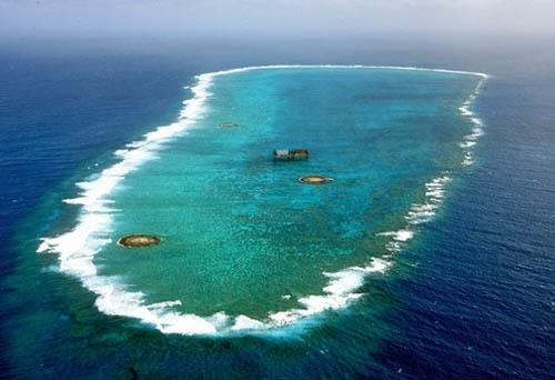 资料图:日本在冲之鸟礁建造码头等设施