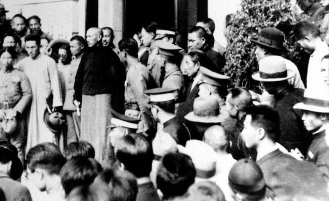 """国民政府主席蒋介石接见全国各地到南京请愿的学生代表,说明政府对""""九一八事变""""的处置立场"""