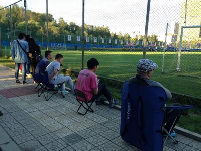铁杆球迷观看毅腾队训练(图:赵宇)
