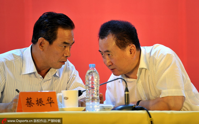 万达没有继续合作,足协的下一个(批)赞助企业在哪?图为王健林与蔡振华交流