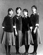 林徽因和同学们身着学生裙