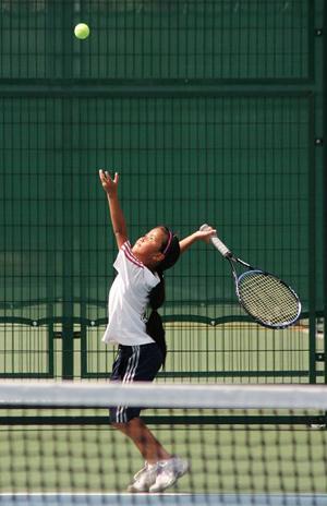 在华科网球场训练的孩子(图:徐思佳)