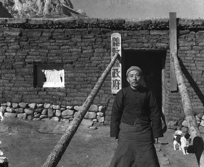 图二:西康省义敦县长彭勋在临时县政府前,孙明经拍摄于1939年11月