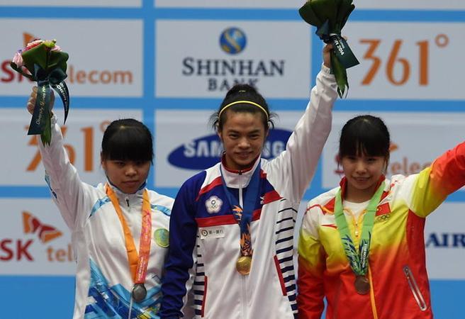 赵常玲(左)代表哈萨克斯坦出战仁川亚运获得银牌