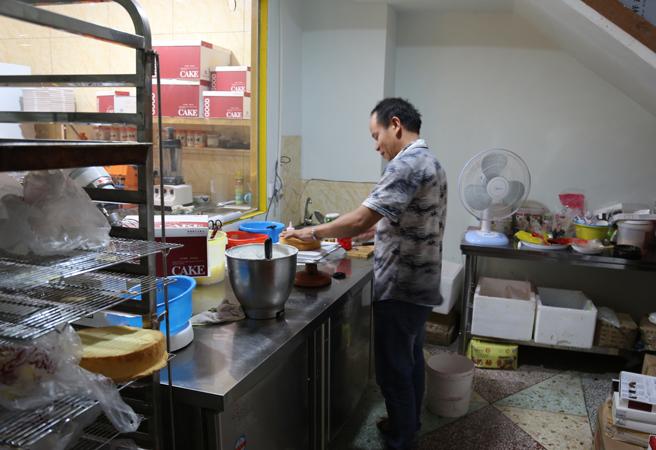 赵贵生经营着一家蛋糕店(图:赵宇)