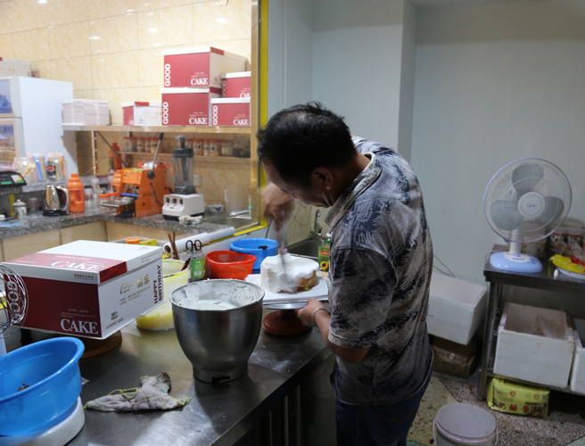 赵贵生在下岗后自己学做蛋糕作为家庭经济来源(图:赵宇)