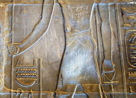 """一个南京学生在埃及神庙的浮雕上刻了""""XXX到此一游"""""""