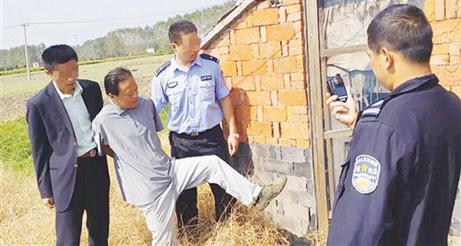 王冶被捕时的场景。孩子无法和老辣的人斗智斗勇