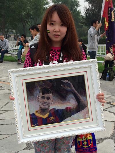 女球迷展示内马尔十字绣(图:张楠)
