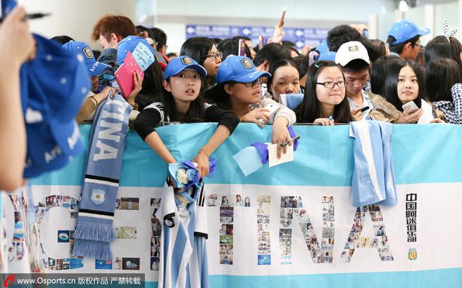 热情阿根廷球迷前往机场接机