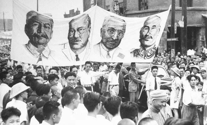 """中国庆祝抗战胜利时,打出""""四大领袖""""头像。"""