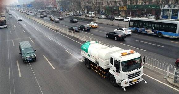 2014年2月24日,北京发布空气重污染橙色预警,环卫单位出动车辆2798车次,道路洒水6000吨喷雾降尘。