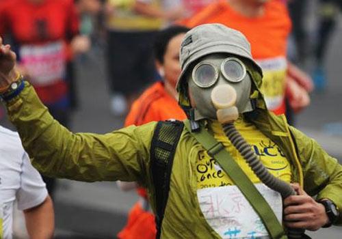 雾霾天也无法阻挡马拉松爱好者跑向终点