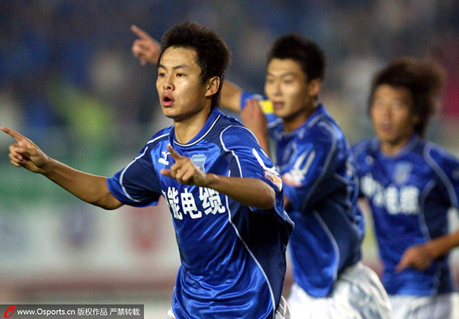 2005年中超联赛,青岛中能队员刘健庆祝进球