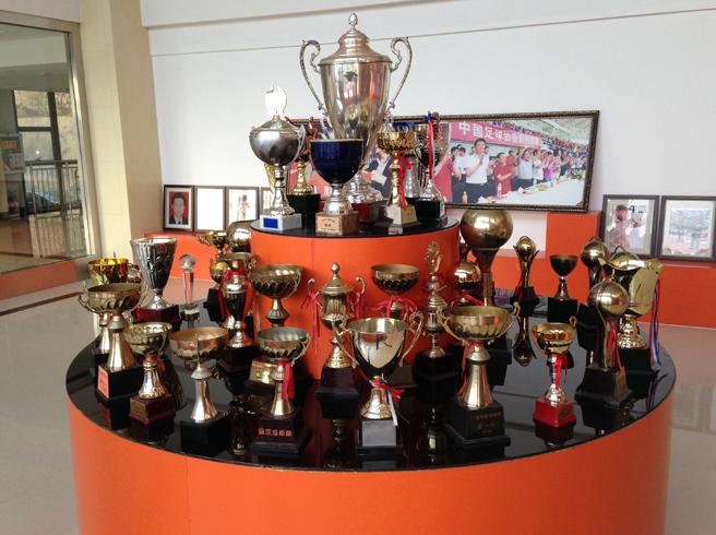 中能俱乐部展示台上摆满奖杯,很多都是青少年足球冠军(图:赵宇)