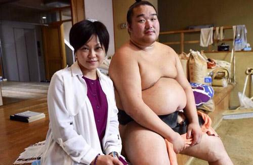 刚到日本时高盛(右)所经历的艰辛旁人难以想象