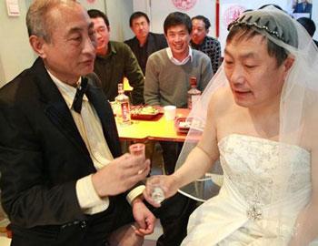 北京两个老年男同性恋举行婚礼,结果其中一方儿子砸场