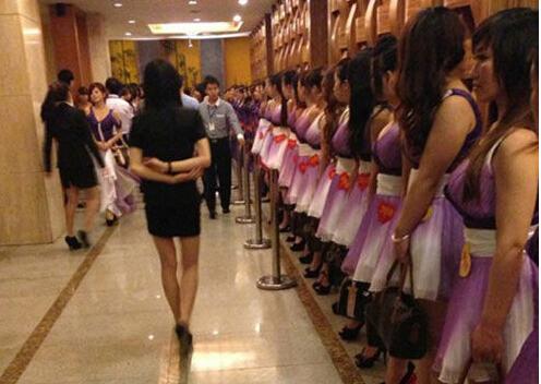 一个人所共知的潜规则是,在中国高端会所和浴场找小姐,是可以开成住宿或餐饮的发票的