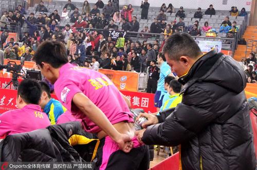 张继科腰伤是老伤,图为2012年乒超联赛期间教练为其按摩治伤