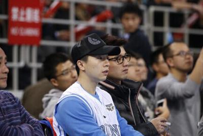 张继科和马龙一同观看篮球比赛