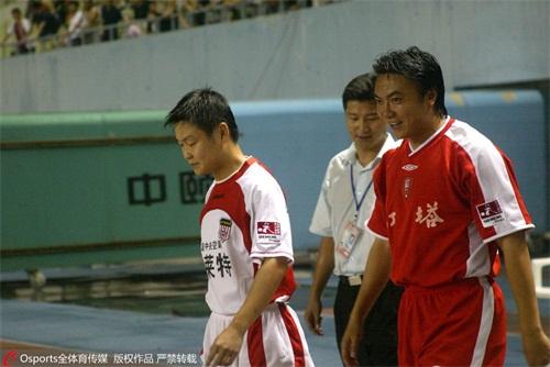 四川足球人才外流,姚夏(左)与魏群(右)分别代表青岛和云南出战甲A