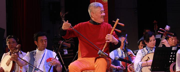 """赵本山自己出钱组了一个""""本山民乐团"""",参与者都是自己的老伙伴。排练中,他拉起了二胡。"""