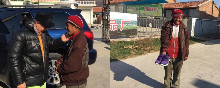 村里有个智力障碍人士,收到了赵本山送的运动鞋,极为开心。