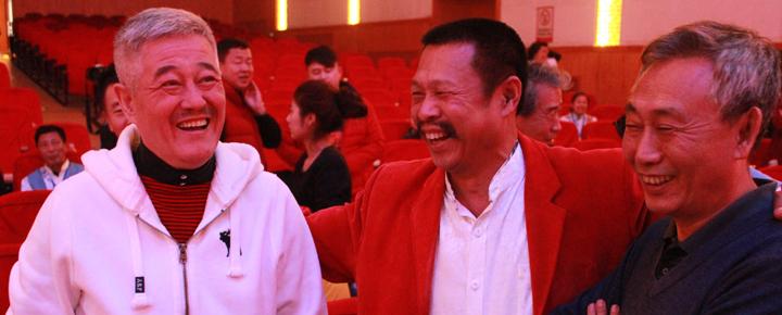 和这些老伙伴们在一起,赵本山笑得极为开心。