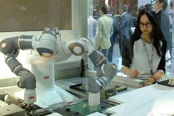 工博会上,一位年轻的女士静静地观看着机器人。