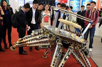 上海工博会,参观者围在一个步行机器人旁边。
