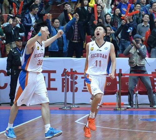 时隔一年再次在CBA赛场上获得胜利,于澍龙(右)十分兴奋