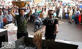 《极速前进》印度鱼市,脏水会顺头留下来