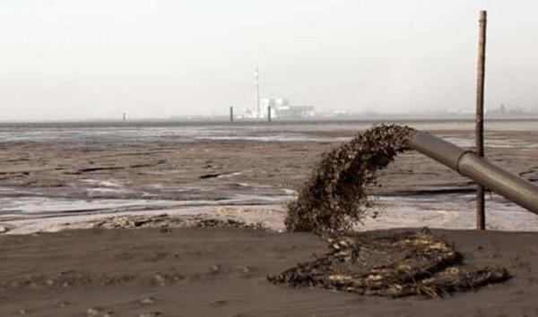 """包钢稀土形成的稀土废渣随废液通过管道输送到尾矿坝堆积,形成了目前容量达1.7亿吨的""""稀土湖"""",环境污染严重"""