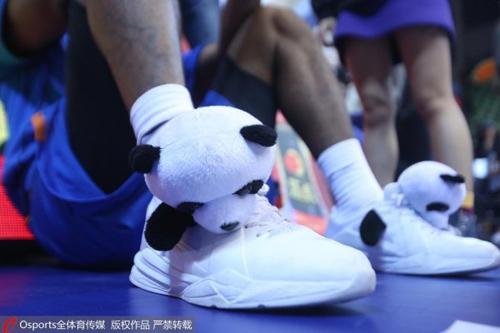 慈世平的球鞋绑上熊猫玩偶,萌态十足