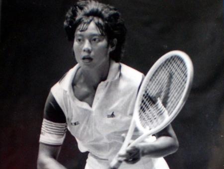 胡娜年轻时打网球的照片