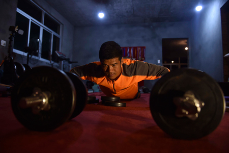 陈盆滨把自己的房间改造成健身房