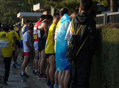 2013年北马,由于厕所不够,选手在绿化带边上小便
