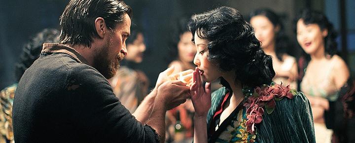 2011年,张艺谋改编自严歌苓同名小说的《金陵十三钗》上映。