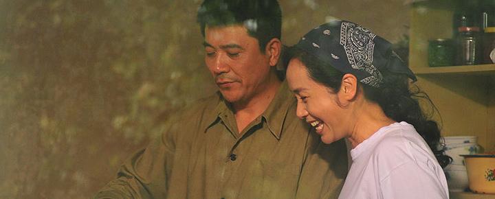 蒋雯丽和孙淳主演的《幸福来敲门》,改编自《继母》。