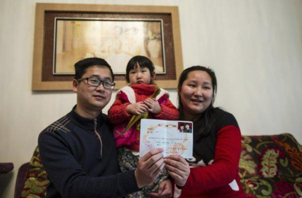 """""""单独夫妇""""展示生育证,但领证的人数在下降"""