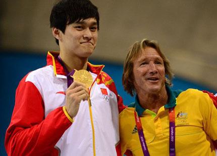 伦敦奥运1500米自由泳夺金后,孙杨与丹尼斯合影
