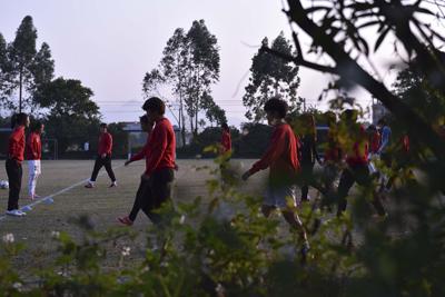 女足姑娘们的出路狭窄,若半途放弃更是几无出路