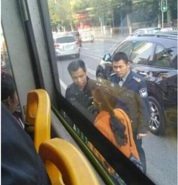 广州一女生公交车上丢失手机 全车人搜身