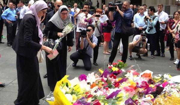 一些穆斯林为人质献花祈福
