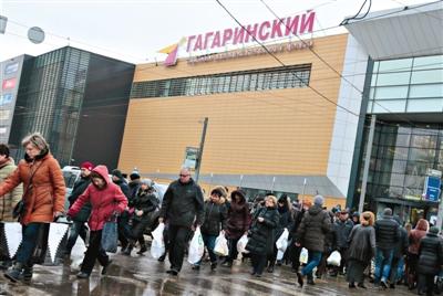 俄罗斯莫斯科,民众在超市和商场购物。