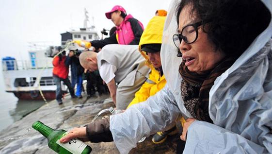 韩国民众对船长的逃跑行为非常愤怒