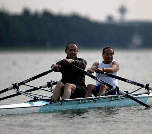王石与同事一起划赛艇