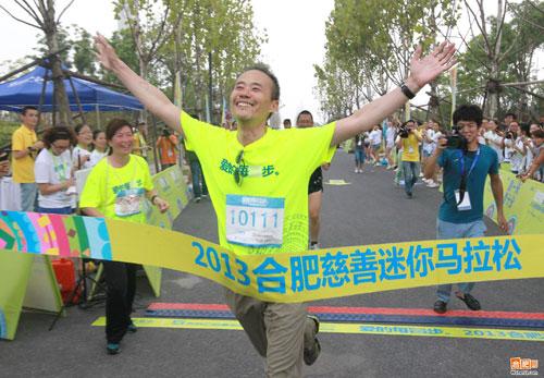 """王石在合肥参加""""爱的每壹步""""迷你马拉松"""