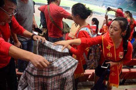 在国足南昌站友谊赛后,中国红球迷会主动打扫看台卫生